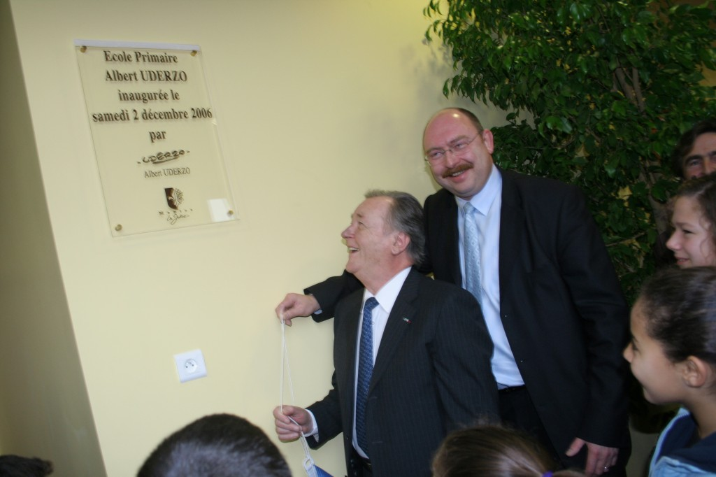 Albert Uderzo et le maire Mr Vialay dévoilent la plaque